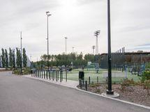 Myyrmäen urheilupuistoon on matkaa kävellen noin kilometri.