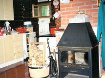 keittiössä puuhella ja kamina