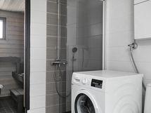 Kaakeloitu kylpyhuone/wc