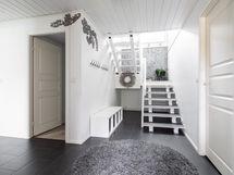 Alakerran eteistä portaat yläkertaan