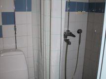 kellarikerroksen kylpyhuonen