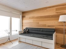 Alakerran makuuhuone, jonka yhteydessä tilava vaatehuone.
