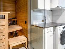 Lasiseinäinen sauna ja kodinhoitotilaa