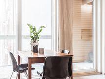 Mahtavat koko huoneiston kokoiset runsaat ikkunat