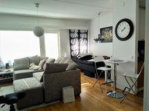 Toimiva olohuone ja keittiönurkkaus