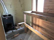 Tekeillä oleva sauna navettarakennuksessa