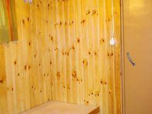 Kellarikerroksessa saunan pukuhuone