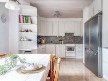Sisääntulokerroksessa on tilava keittiö ja ruokatila sekä näiden yhteydessä olohuone