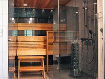 upea lasiseinä saunan ja kylpyhuoneen välissä, kuva edellisestä kohteesta