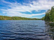 Kiinteistö sijaitsee Lumpeisen järven rannalla.