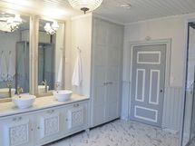 Kodinhoitohuone suihkukaapilla