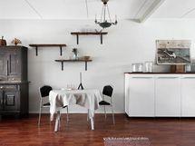 Olohuoneen ja keittiön väliin mahtuu hyvin myös ruokapöytä