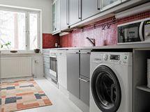 Keittiö, johon on sijoitettu pesukone.