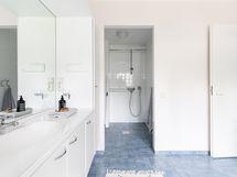 Kodinhoitohuoneen yhteydessä on suihku