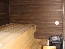 Huoneistossa on tyylikäs sauna syvine lauteineen.