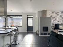 Yhtenäinen olohuone/keittiö/ruokailutila