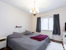 Alakerran makuuhuone / nedre våningens sovrum