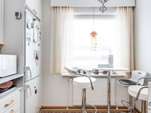 Keittiön ikkuna antaa luonnonvaloa