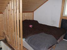 Yläkerrassa on kaksi huonetta.