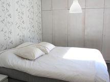 Makuuhuoneessa on koko seinän mittainen kaappirivistö.
