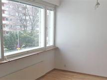Tilava olohuone, jossa isot ikkunat