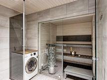 Ylellinen sauna ja kylpyhuone