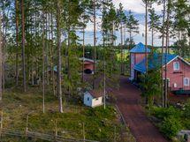 Kaunis metsäinen pihapiiri