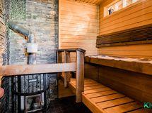 Sauna lämpiää puilla.