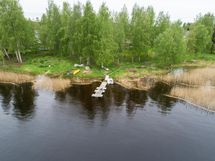 Taloyhtiön oma laituri ja naapurissakin vielä lisäksi yleinen uimaranta