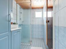 Kylpyhuone, kaapistoja ja suihku