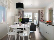 Asunnon keittiössä on runsaasti sekä kaapistoja että laskutilaa