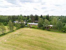 Kuva pellolta talolle päin