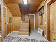 Alakerran eteisaula, vasen ovi keittiöön, edessä oleva ovi 2. mh:seen sekä raput yläkertaan.