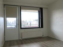 Kodin kaksi makuuhuonetta ovat II-kerroksessa. MH:sta käynti parvekkeelle ja vaatehuoneeseen