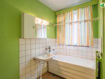 Kylpyhuoneessa vasemmalle jää tilaa pesukoneelle.