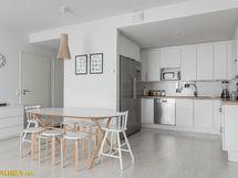 Keittiö ja ruokailutila yhdistyy mukavasti olohuoneeseen.
