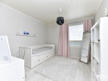 alakerran makuuhuone, tämän yhteydessä myös vaatehuone