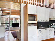 Keittiöstä käynti olohuoneeseen sekä kodinhoitotilaan.