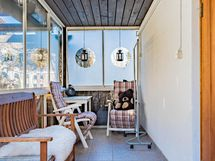 Pääoven veranta, lasitettu ja suojaisa