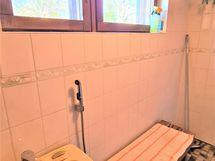 Kylpyhuoneessa myös lavuaari ja lisäsuihku.