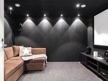 Alakerran äänieristetty elokuvahuone