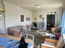 Olohuoneella on reilusti kokoa ja korkeutta sekä kolme ikkunaa, joten tila on mukavan valoisa.