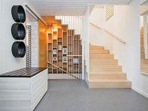 Mielettömän upea portaikko. Kokonaisuus tehty käsityönä.
