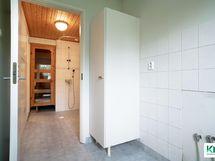Näkymä kodinhoitohuoneesta kylpyhuoneeseen