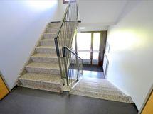 Vain yhdet suorat portaat asuntoon