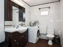Kylpyhuoneessa tilaa kodinhoitopisteelle.