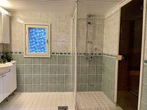 Saunatalon kylpyhuone on iso