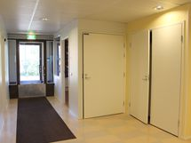 Sisäänkäynti pääovesta jatkuu aulaan, josta on kulku kaikkiin huoneisiin.