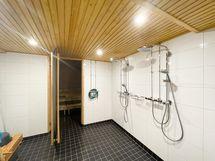 Taloyhtiössä tilava ja siistikuntoinen saunaosasto.