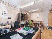 isoin toimistohuone